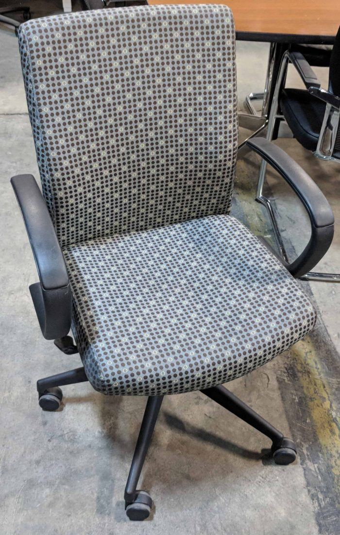 SIT ON IT CONFERENCE CHAIR WITH ARM REST, GREY WITH BROWN DOTS FABRIC SEAT AND BACK, BLACK BASE