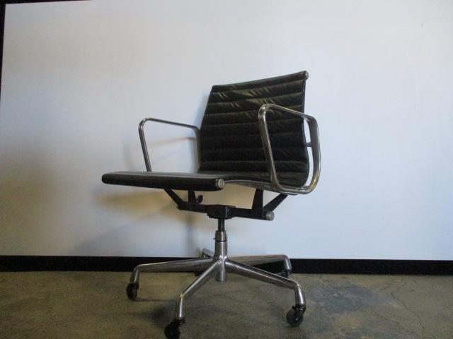 HMI PUB Eames Aluminum, Mid-back conference chair, Black, leather